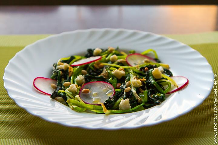 Рецепт «черемша в томате»: это самый длительный этап в приготовлении черемши.