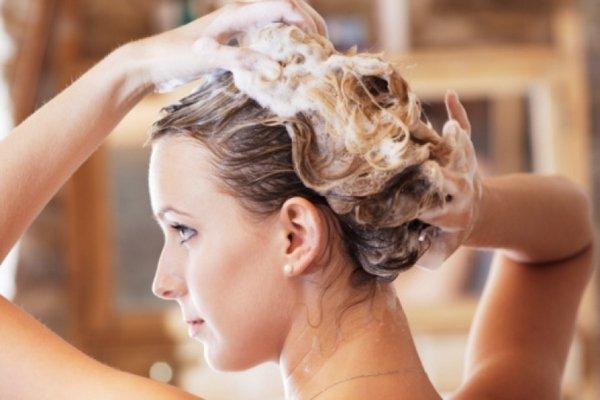 В какой воде мыть волосы изоражения