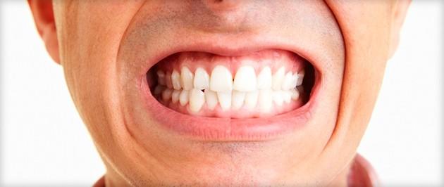 Почему человек скрипит зубами восне?