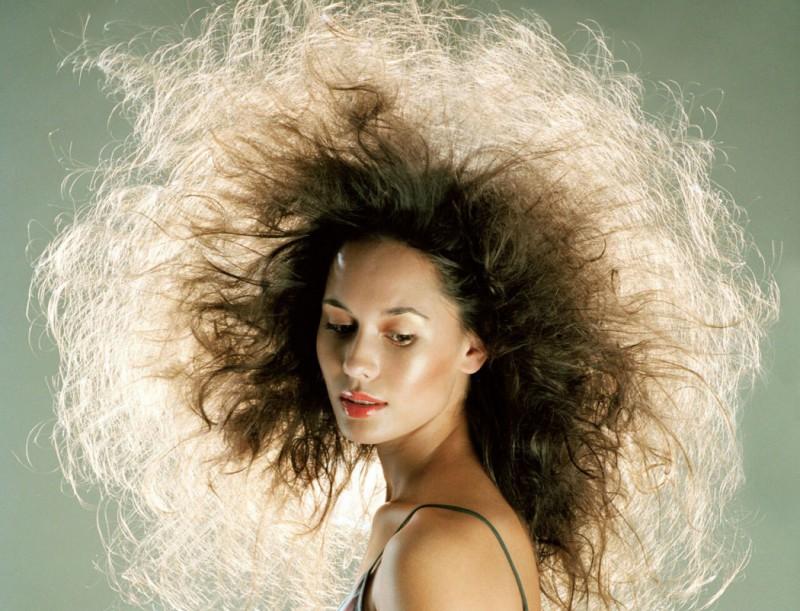 Волосы электризуются: почему и что делать